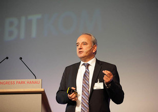 Bild Podium mit Redner Ulrich Zuber